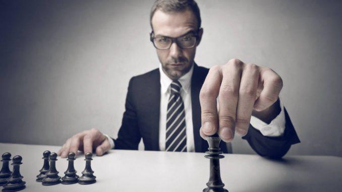 Hombre jugando ajedrez